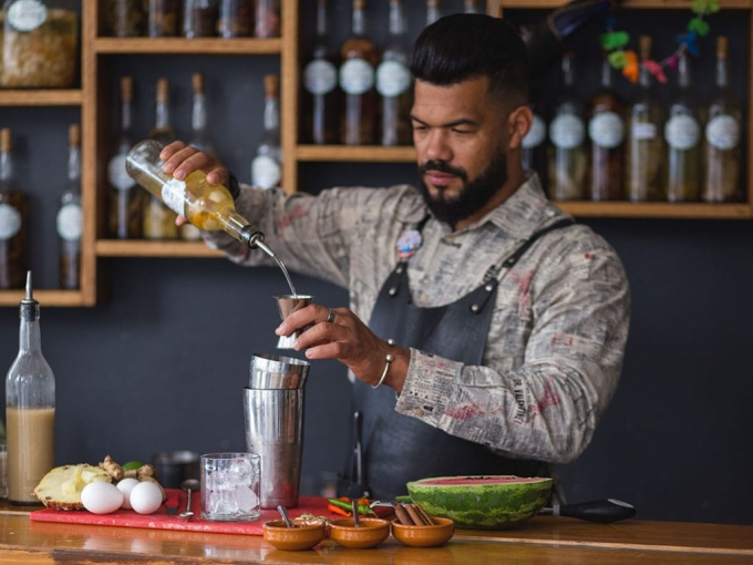 Aprende a diseñar cocteles con un bartender
