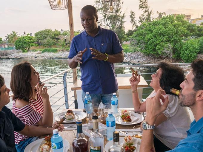 Marida ron y habanos cubanos con un sommelier